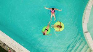 ¿Cómo usar en una piscina para reducir el riesgo de daños en las paredes?